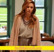 Ayşegül'ün giydiği metalik etek geniş V yaka Bluz ve kolye kombini Network markadır.