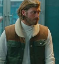 Cesur ve Güzelde Cesur'un giydiği haki kahve rengi yelek ve beyaz boğazlı kazak Hangi Marka.