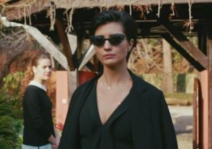 Cesur-ve-Güzel-9-Bölüm-Kıyafetleri-Sühanın-giydiği-siyah-elbise-ve-taktığı-siyah-güneş-gözlüğü