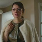 Cesur ve Güzel 9 Bölüm Kıyafetleri Cahide'nin beyaz kürkü ve haki deri elbisesi