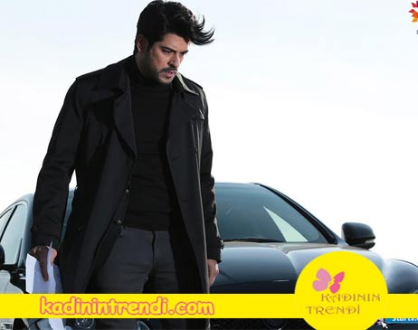 Karasevda 52 Bölüm kıyafetleri Kemal'in siyah pardesü ve balıkçı yaka boğazlı siyah kazağı