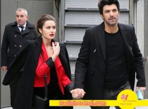 Ölene Kadar 7 bölüm kıyafetleri Fahriye Evcen'in giydiği kürk yakası çıkarılabilen siyah kaban Ekol marka.