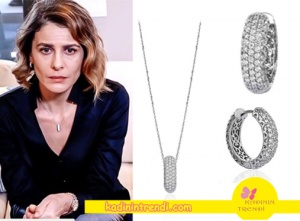 Paramparca-90-91-Bölüm-Dizi-Kıyafetleri-Dilaranın-taktığı-taşlarla-bezenmiş-halka-kolye-ve-küpe-seti-Lotus-Diamonds-markadır