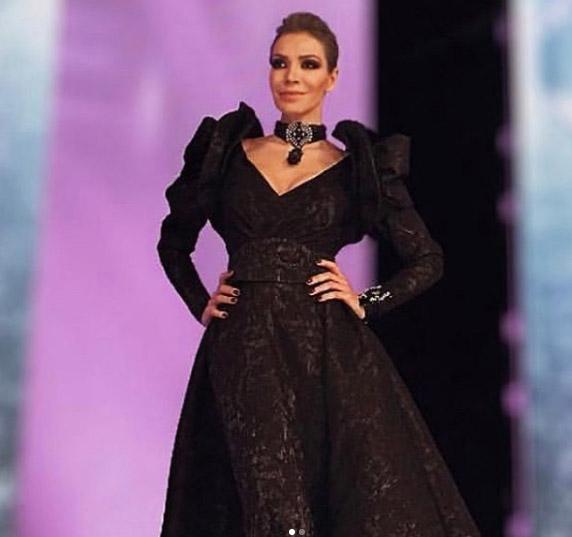 ykü Seretr ve siyah elbisei