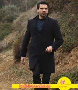 Kara Sevda 59. bölümünde Emir'in giydiği siyah kaban markası Cacharel.