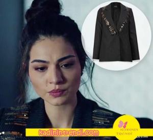 Kara Sevda Asu siyah ceket Adil ışık marka. Kara Sevda Zeynep'in giydiği kırmızı mont Tiffani Tomato markadır.