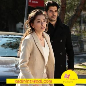 Kara Sevda Nihan'ın Krem rengi kabanı krem rengi pantolonu ve beyaz bluzundan oluşan kombini