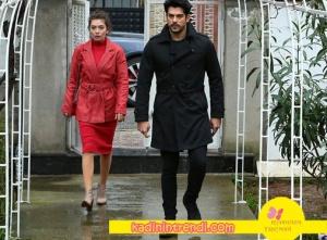 Kara Sevda Nihan Kırmızı elbise ve kırmızı kaban kombini ve Burak özcivit siyah trençkotu