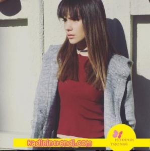 Almila Ada'nın canlandırdığı Melis karakterinin giydiği Gri kaban Trendyol Milla, Siyah deri tasma kolye Jolie Pierre Atelier.
