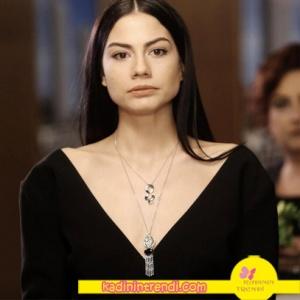 No-309-36-Bölüm-Dizi-Kıyafetleri-Demet-Özdemir--Lalenin-siyah-tulum-üzerine-taktığı-takılar-ise-VOG-Corcept-markadır