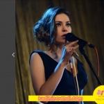 Süreyya Şarkı söylerken giydiği siyah elbise Özlem Suer. Süreyya küpesi 20KTasarım'dan.