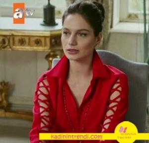 Ölene Kadar Gürcan Arslan Berilin kolları şeritli kırmızı gömleği Yasemin Pekkan tasarımıdır