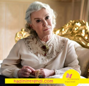 İstanbullu Gelin 8 bölüm dizi kıyafetleri Esma Sultan sütlü kahve rengi yakası işlemeli gömlek ve broş çok beğenildi