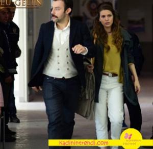 İstanbullu-Gelin-8-bölüm-dizi-kıyafetleri-Süreyya hardal rengi triko kazak haki trençkot ve beyaz pantolon kombini