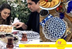 İstanbullu gelin kış bahçesinde kahvaltı yaparken kullanılan mavi beyaz tabaklar ZM Dekor marka.