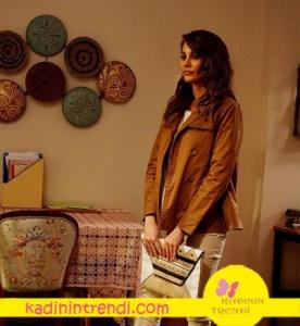 Adı Efsane dizisinde Seçil karakterinin taba trençkotu Stefanel marka
