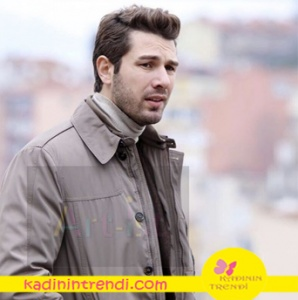 No 309 dizisinde Furkan Palalı'nın giydiği sütlü kahve rengi trençkot Kiğılı marka Yine Furkan Palalı krem rengi boğazlı kazak Boyner'den.