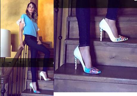 Adı Efsane Dizi Kıyafetleri Seçil Mavi kot pantolon İpekyol'dan topuklu Stilettolar ise Lolas Heels marka.