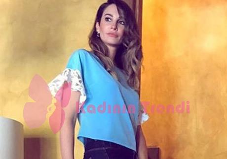 Adı Efsane Dizi Kıyafetleri Seçil kolları beyaz dantelli mavi bluz Esra Gürses markadır