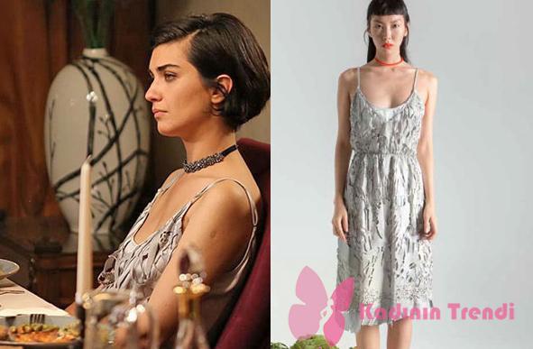 Cesur ve Güzel 28. Bölüm Dizi kıayafetleri Sühan yırtık görünümlü gri elbise markası Tuba Ergin