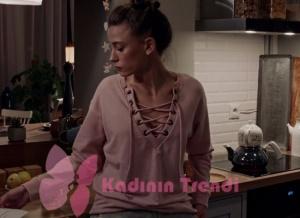 Duru'nun çay yaparken giydiği yakası ipli pudra Sweatshirt markası Pink.