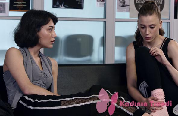 Fi 9. Bölümde Duru'nun arkadaşı Ceren gri bluz ve siyah yanları file şeritli pantolon