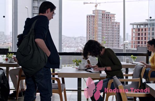 Fi 9. bölümde Furkan karakterinin haki sırt çantası markası