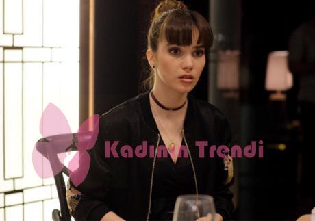 Melis karakterinin kolyesi Jolie Pierre Atelier, desenli siyah bomber ceketi Mavi, siyah bluzu ise Suud İstanbul marka.