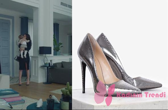 Kara Sevda 69. Bölümde Nihan'ın Siyah takım ile giydiği gümüş rengi Topuklu zarif ayakkabı İlvi Marka'dır.