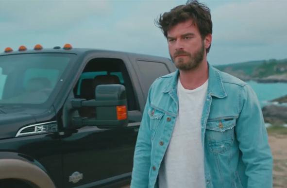 Cesur ve Güzel dizisinin 30. bölümünde Kıvanç Tatlıtuğun canlandırdığı Cesur karakterinin kot ceketi Mavi marka