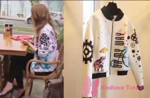 Fazilet Hanım ve Kızları 11. Bölümde Selinin giydiği desenli beyaz bomber ceket Jaquette marka