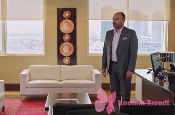 Fazilet Hanım ve Kızları 11. Bölümde Hazım Egemen'in giydiği gri takım elbise Kiğılı marka.