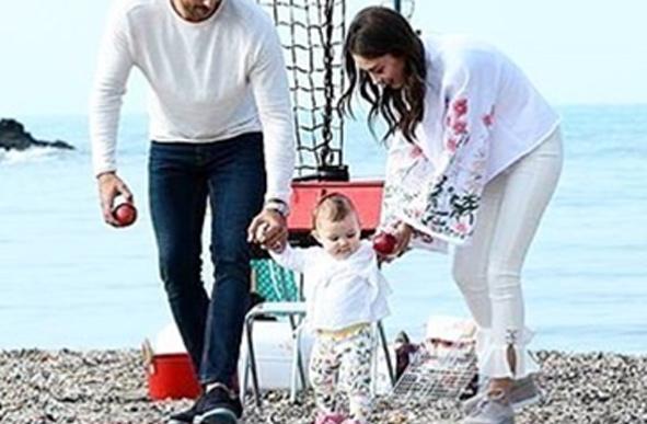 Kara Sevda Son Bölüm Nihan kolları çiçekli beyaz bluzu beyaz pantolon ve gri ayakkabı kombini