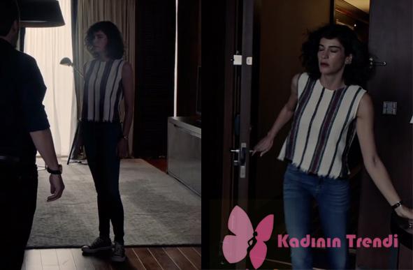 fİ 10. bÖLÜMDE Özge karakterinin siyah beyaz çizgili bluzu jean pantolonu ve ayakkabısı