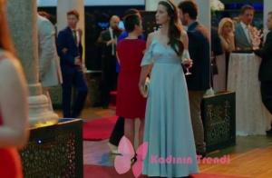 Nazlı karakterinin giymiş olduğu mavi uzun fırfırlı elbisnine markası Cengiz Abazoğlunun tasarımı Adil Işık marka