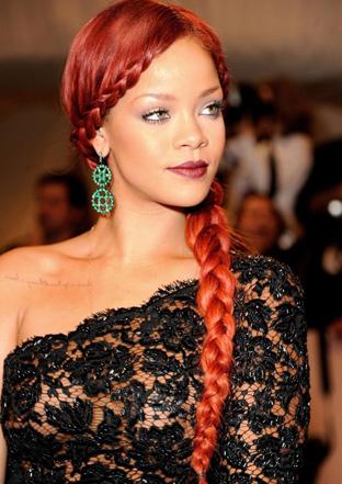 Rihanna Kilo Aldı Ama Moda İkonu Olmaya Devam Rihanna ve kızıl saçlı hali