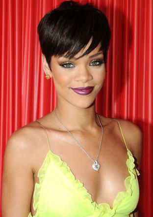 kısalttığı saçlarıyla erkek çocuklarına benzeyen Rihanna