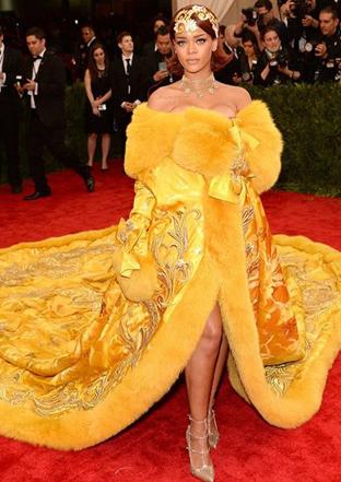Kısa Kesim Kestane Saçlarla İşte 2015 Rihanna'sı.