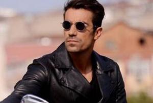 Ferhat'ın birinci bölümde giydiği siyah deri ceket Massimo Dutti. Ferhat / İbrahim Çelikkol güneş gözlükler Turkuaz Optik.