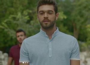 Meryem dizisinde Savaş karakterini canlandıran Furkan mavi tişörtü Kip