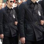 Çukur Dizisi cenaze töreninde Selimin giydiği siyah trençkot markası Boyner
