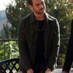 Çukur dizisi 4. bölümde Yamaç'ın giydiği haki ceket ve siyah triko hangi marka?