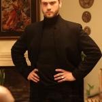 Çukur dizisi 4. bölümde Yamaçın giydiği siyah kaban ve siyah triko hangi marka
