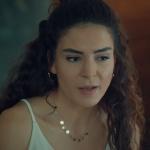 İstanbullu Gelin Burcu Kıyafetleri İstanbullu Gelin 26. bölümde Burcu'nun kolyeleri nereden? İstanbullu Gelin Burcu kırmızı kalem etek beyaz Bluz ve siyah deri ceket nereden Burcu bordo çanta.