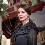 Şevkat Yerimdar Dizisinde Esin karakterinin giydiği siyah yakası dantelli bluzun markası Atolye No 6