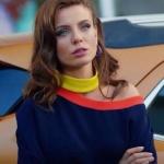 Şevkat Yerimdar Dizisinde Esin karakterinin yakası sarı turuncu şeritli lacivert bluzu Nocturne marka
