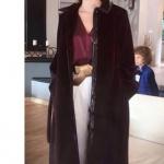 Alara Bozbey'in canlandırdığı Demat karakterinin Dolunay son bölümde giydiği uzun bordo palto ve pantolon Ng Style Look.