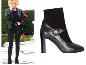 Meryem Dizi Kıyafetleri Derin'in siyah desenli deri ceket ve siyah pantolon kombini ile giydiği çizmeleri İlvi marka.