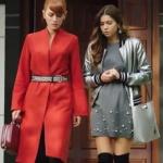 Fazilet Hanım ve Kızları Yasemin kırmızı kemerli kaban yasemin bordo çanta Ece gri ceket ece gri elbise ve ece gri çanta