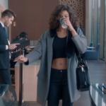 Fi Çi Dizi Kıyafetleri 2. Bölüm Özge karakterinin giydiği gri kaban ne marka? Araştırılıyor.